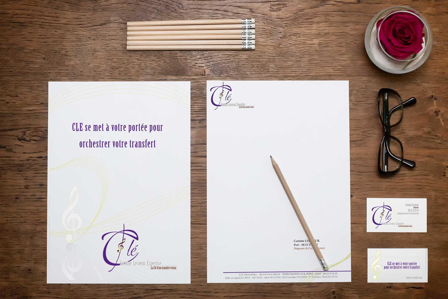 Identité visuelle de CLE TRANSFERT : logo, plaquette, carte de voeux, de visite, signature mail, tampon et site web